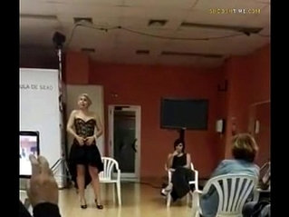 Spainish lady teaches class how to squirt