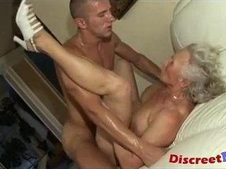 Banging the granny pussy