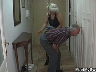 Man caught his girlfriend plays with her older mom and dad